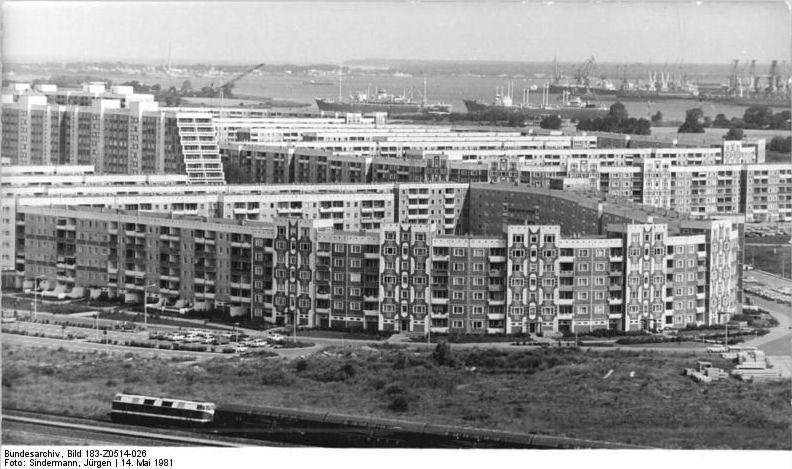 Bundesarchiv Bild 183-Z0514-026, Rostock, Schmarl, Neubaugebiet, Wohnblocks.jpg