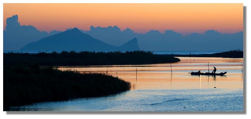 蘭陽溪、冬山河出海口晨曦,背景為龜山島 照片由台灣PTT實業坊Seattle995提供
