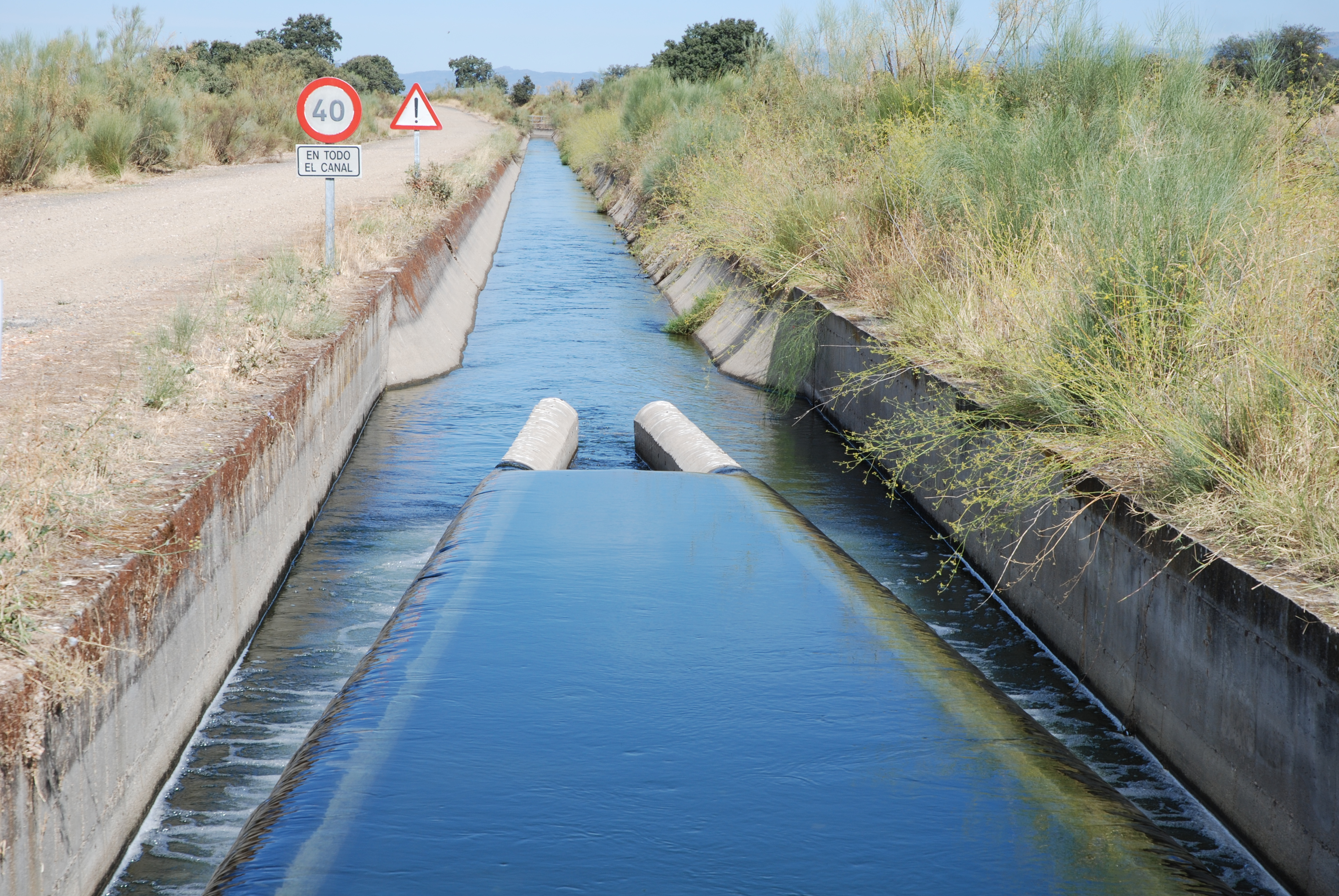 Description Canal de riego (Las Judías, Saucedilla).jpg