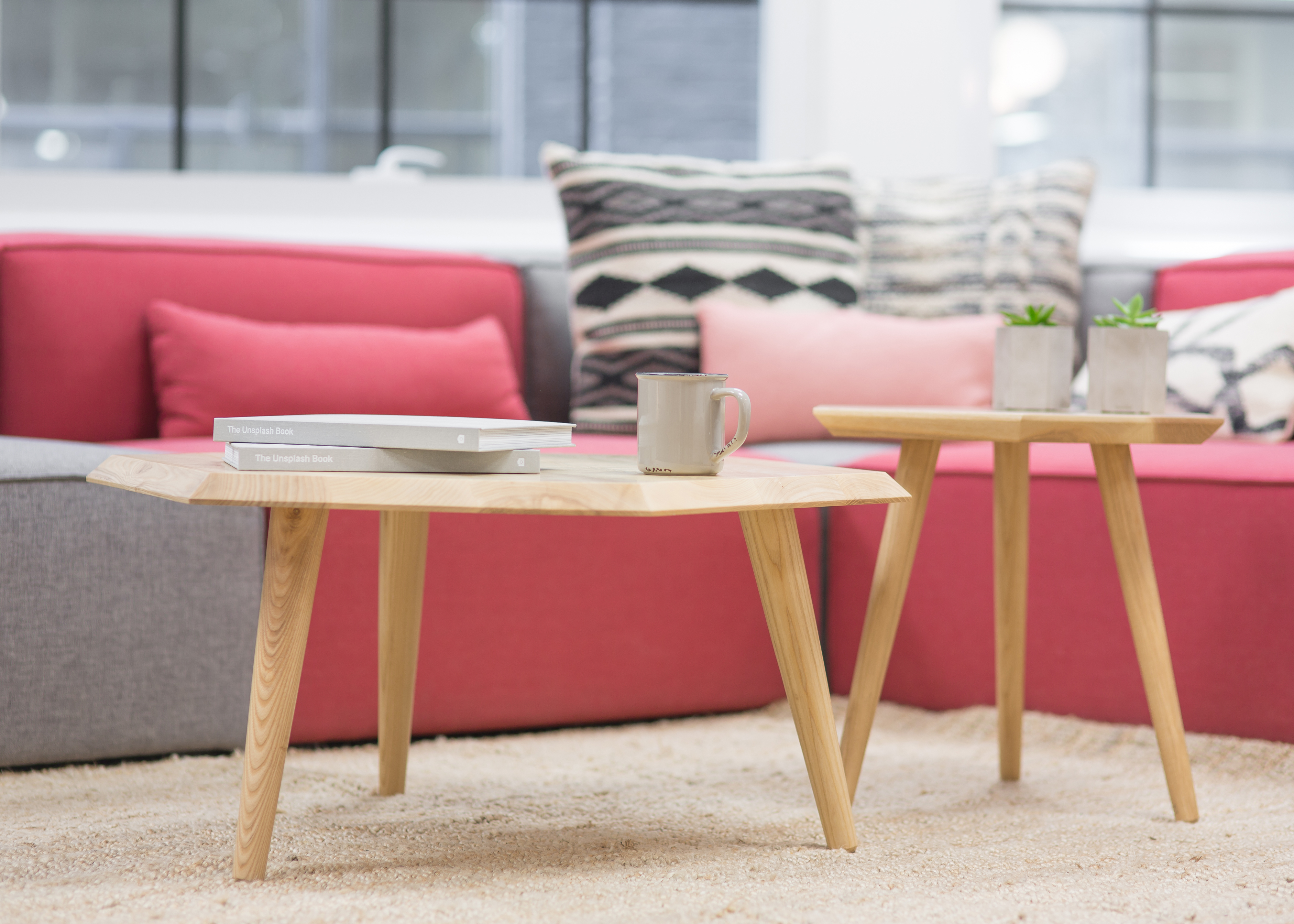 table in front of sofa all home interior ideas rh anauaifuma noticemesenpai store there is a table in front of the sofa sofa table in front of window