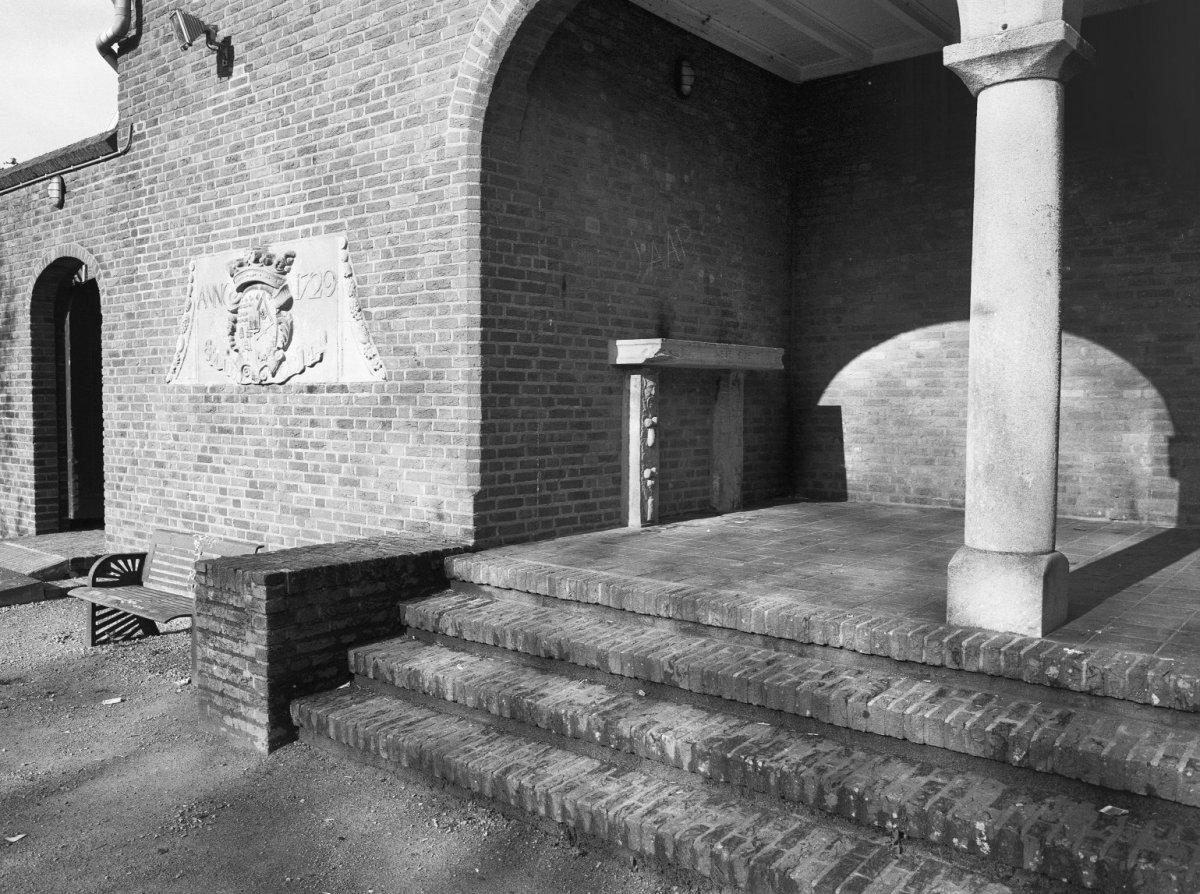 File exterieur achterzijde gemeentehuis detail gevel met gemeentewapen gevelversiering - Gevelversiering villa ...