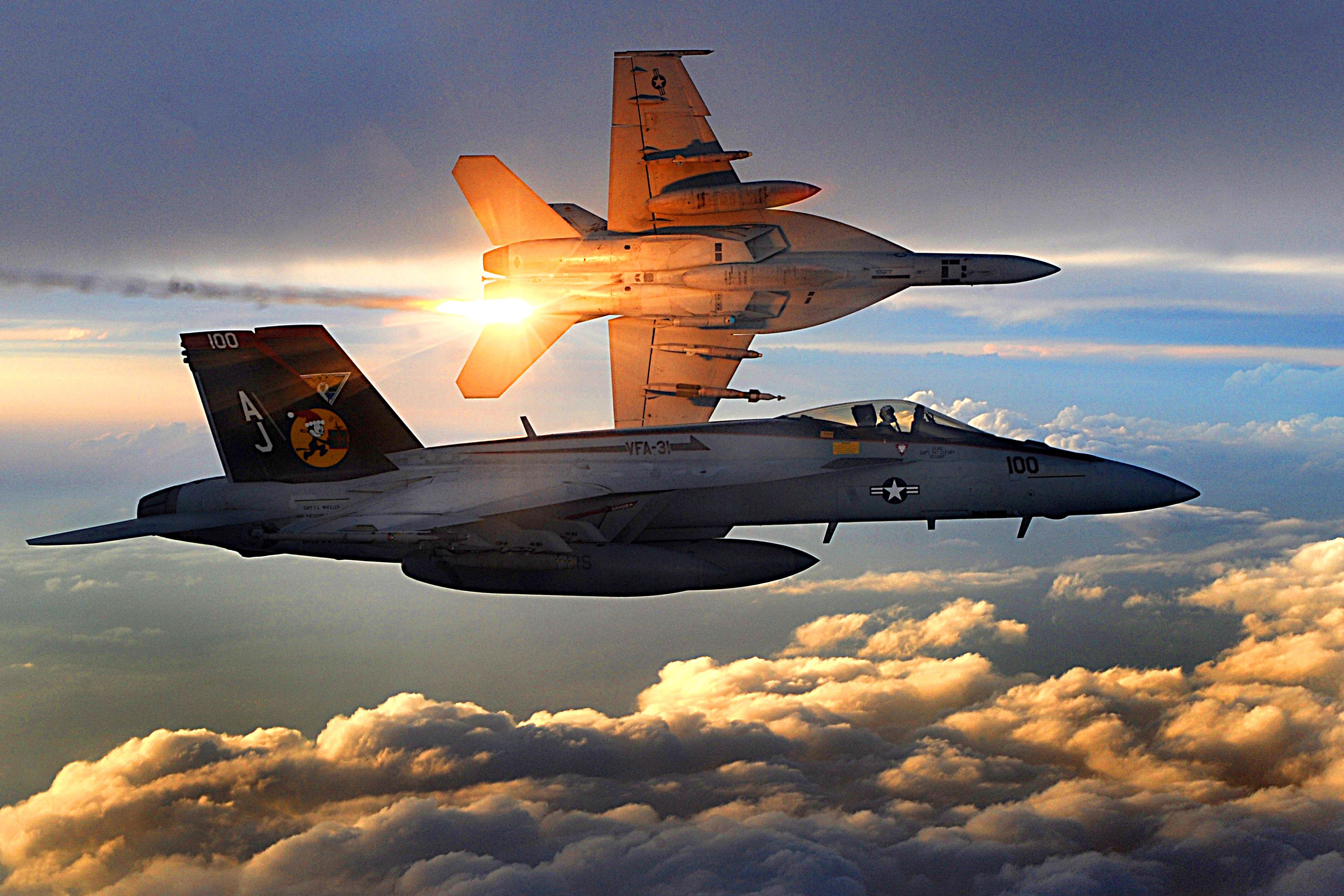 أحسن 10 طائرات بالعالم  FA-18_Super_Hornets_of_Strike_Fighter_Squadron_31_fly_patrol,_Afghanistan,_December_15,_2008