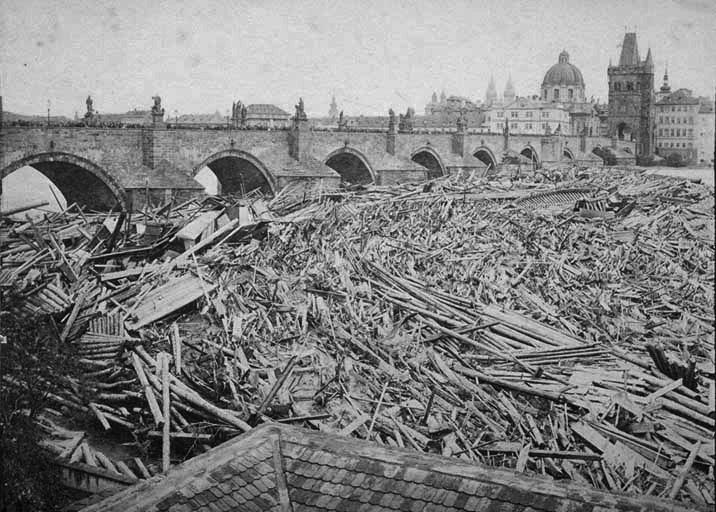 Inondations et débris charriés jusqu'au pont Charles à Prague en 1872.