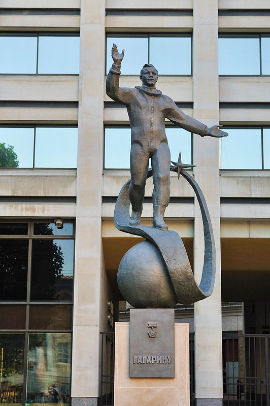 Gagarin statue london.jpg
