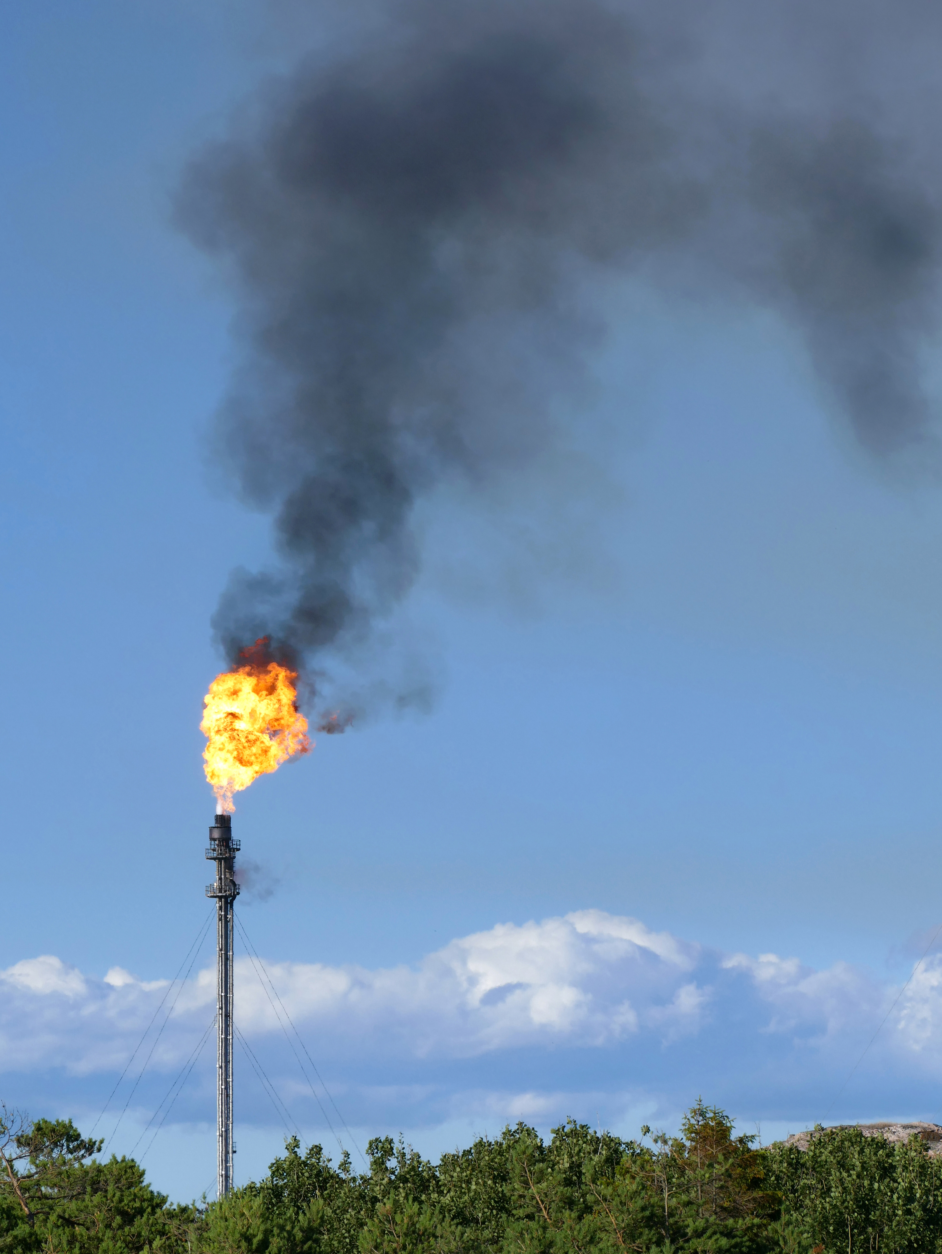File:Gas flare on top of a flare stack at Preemraff Lysekil 1.jpg - Wikimedia  Commons