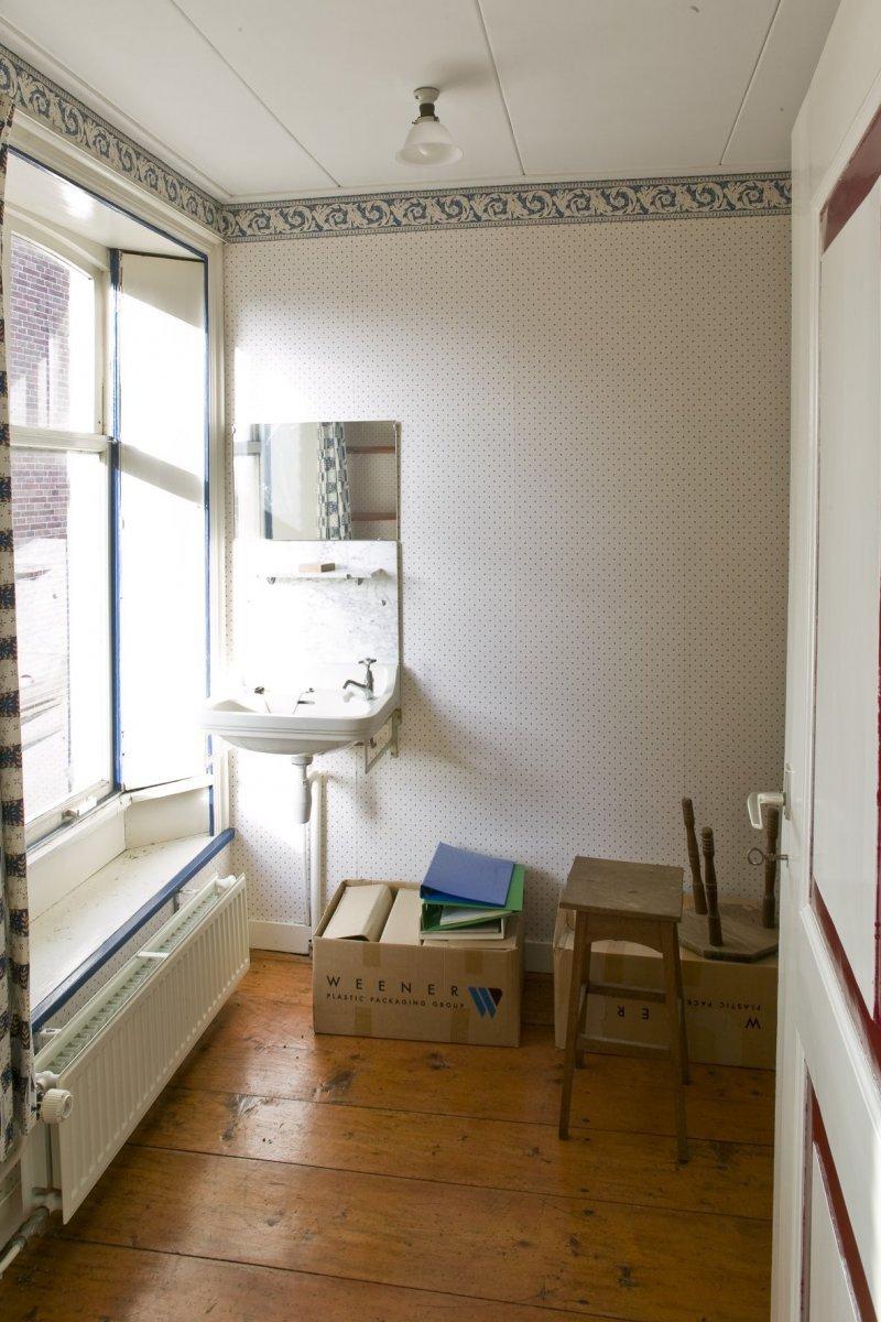 fileinterieur kamer met wastafel en vensterbank op de verdieping uithuizen 20413774