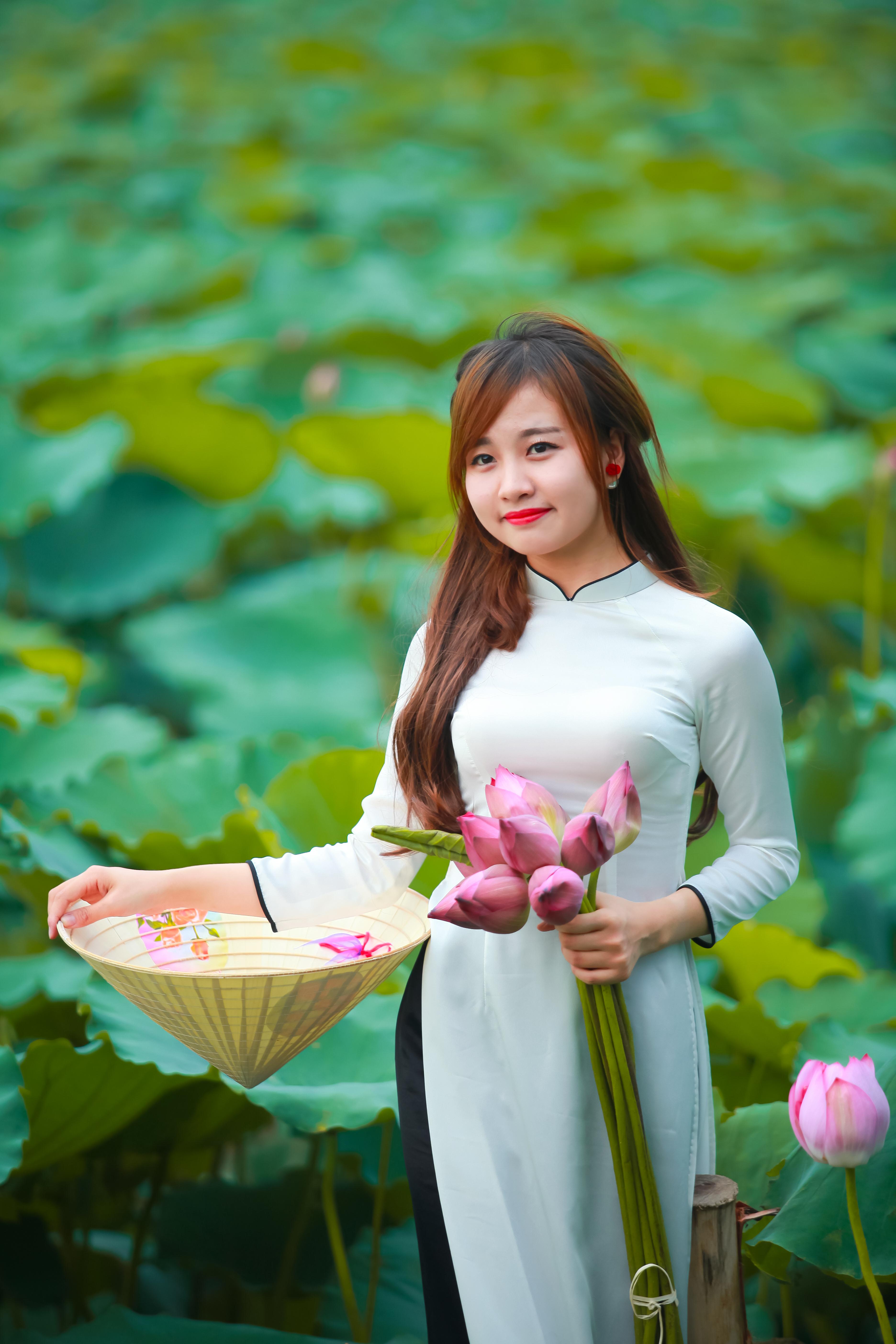 filelady in white ao dai hanoi 18538703922jpg