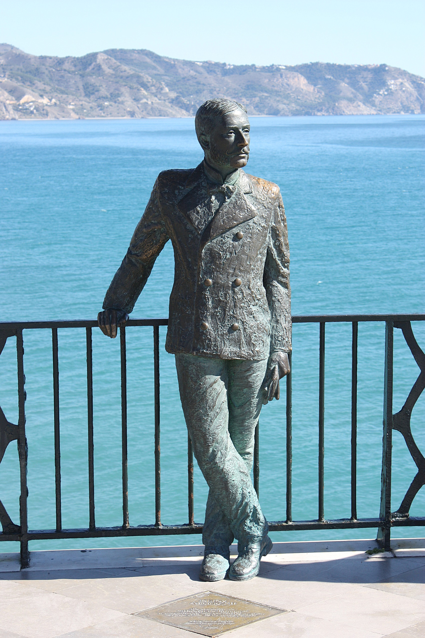 File nerja the sculpture of king alfonso xii on the for Balcon in english