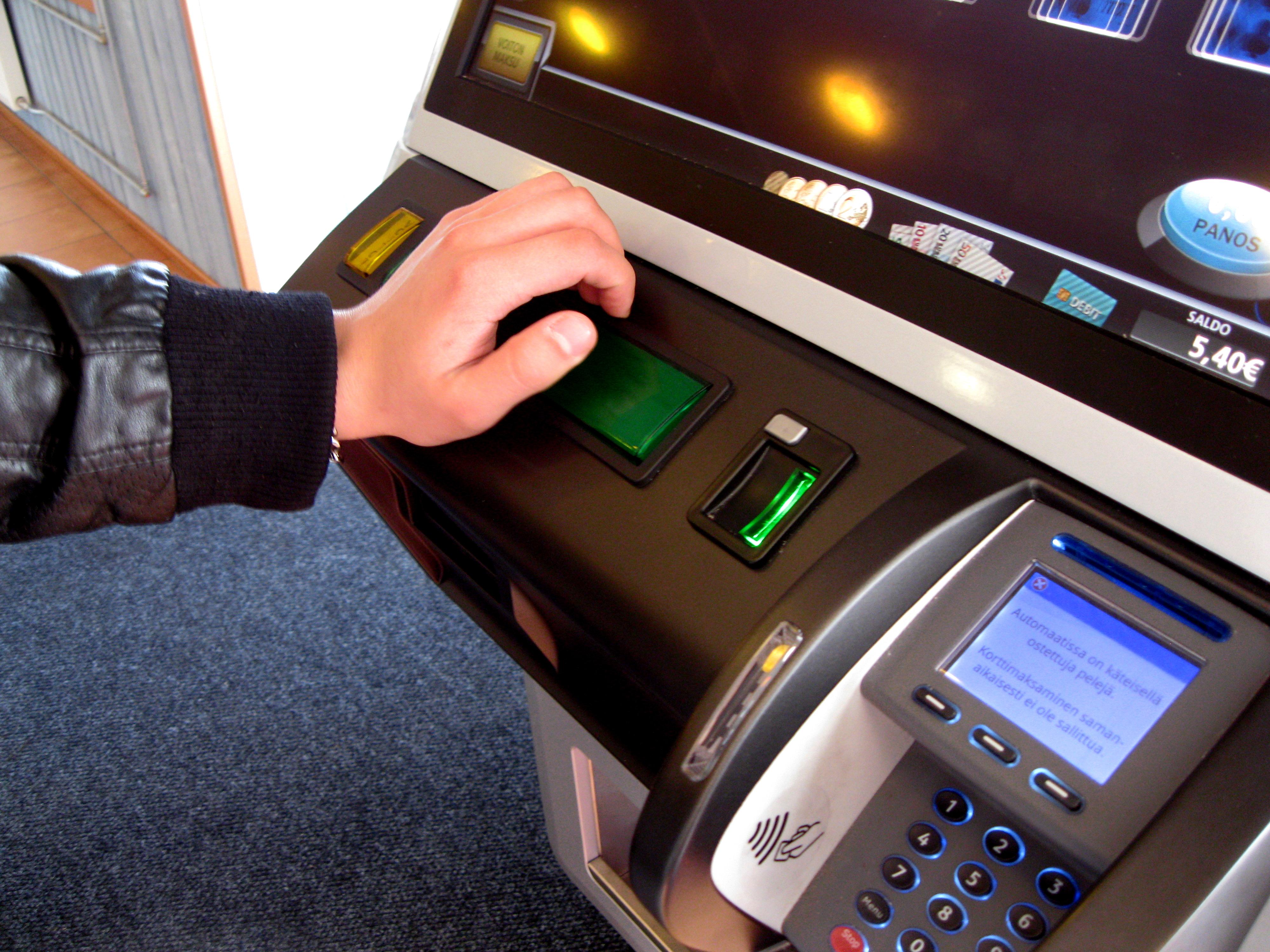 Playing slot machine.jpg Suomi: Uhkapelien pelaaja pelaamassa RAY:n Pikapokeria. English: Player playing slot machine poker game. Date 31 May 2016