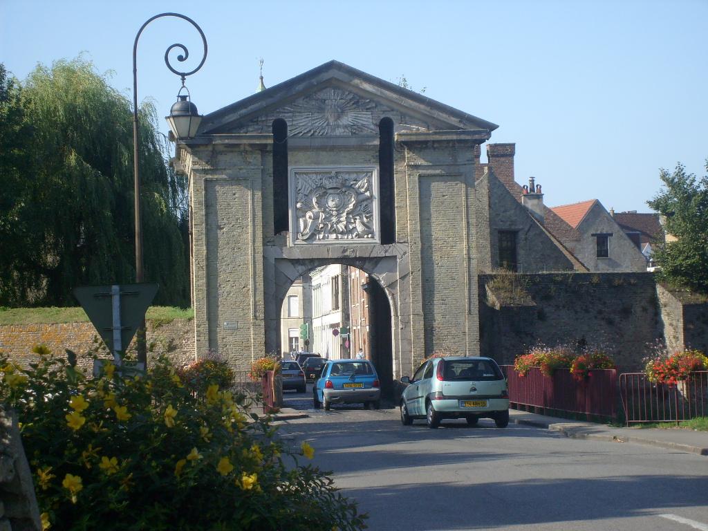 http://upload.wikimedia.org/wikipedia/commons/9/9b/Porte_de_Cassel.JPG