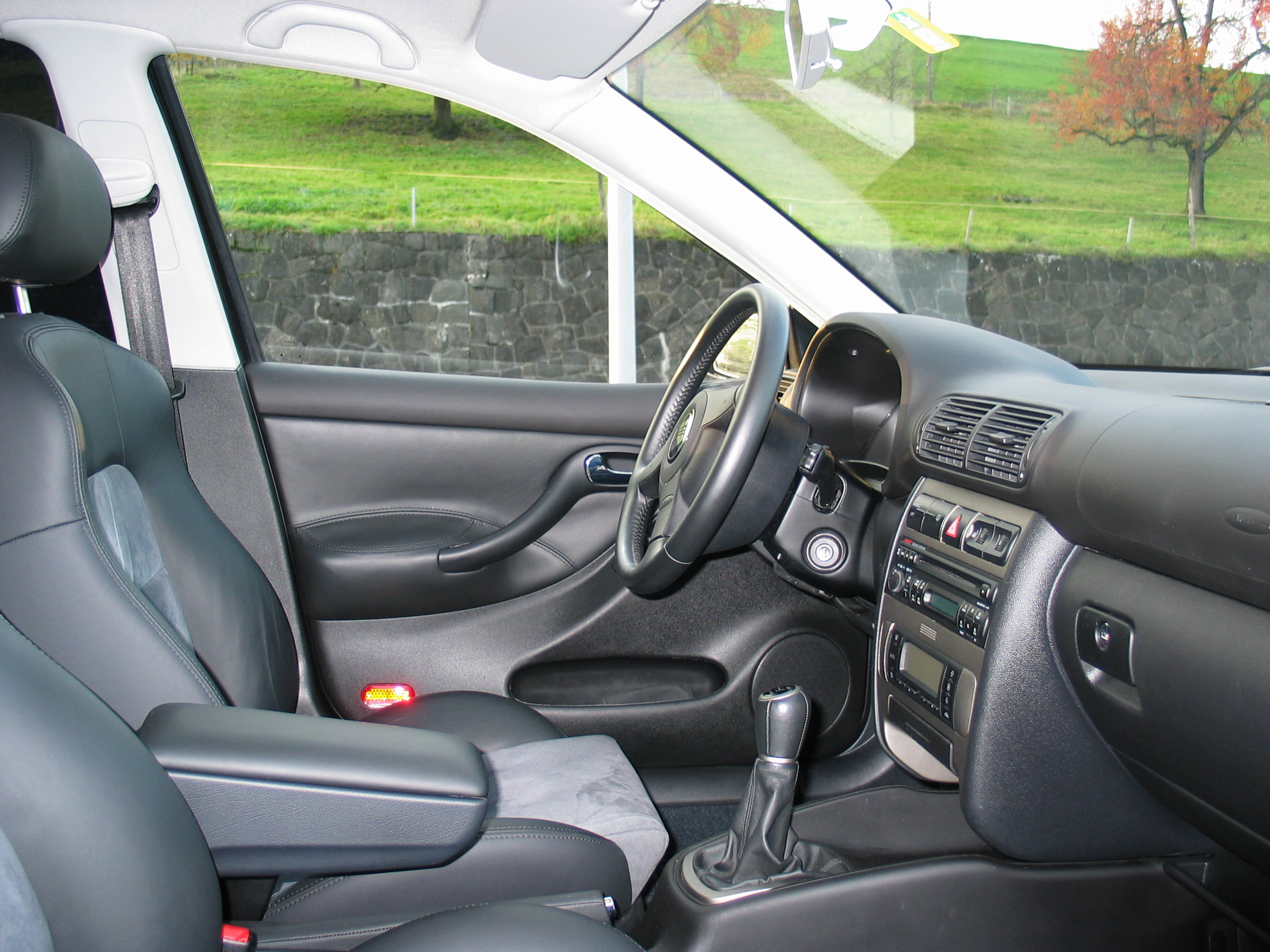File:SEAT Leon Mk1 driver\'s seat left view.jpg - Wikimedia Commons