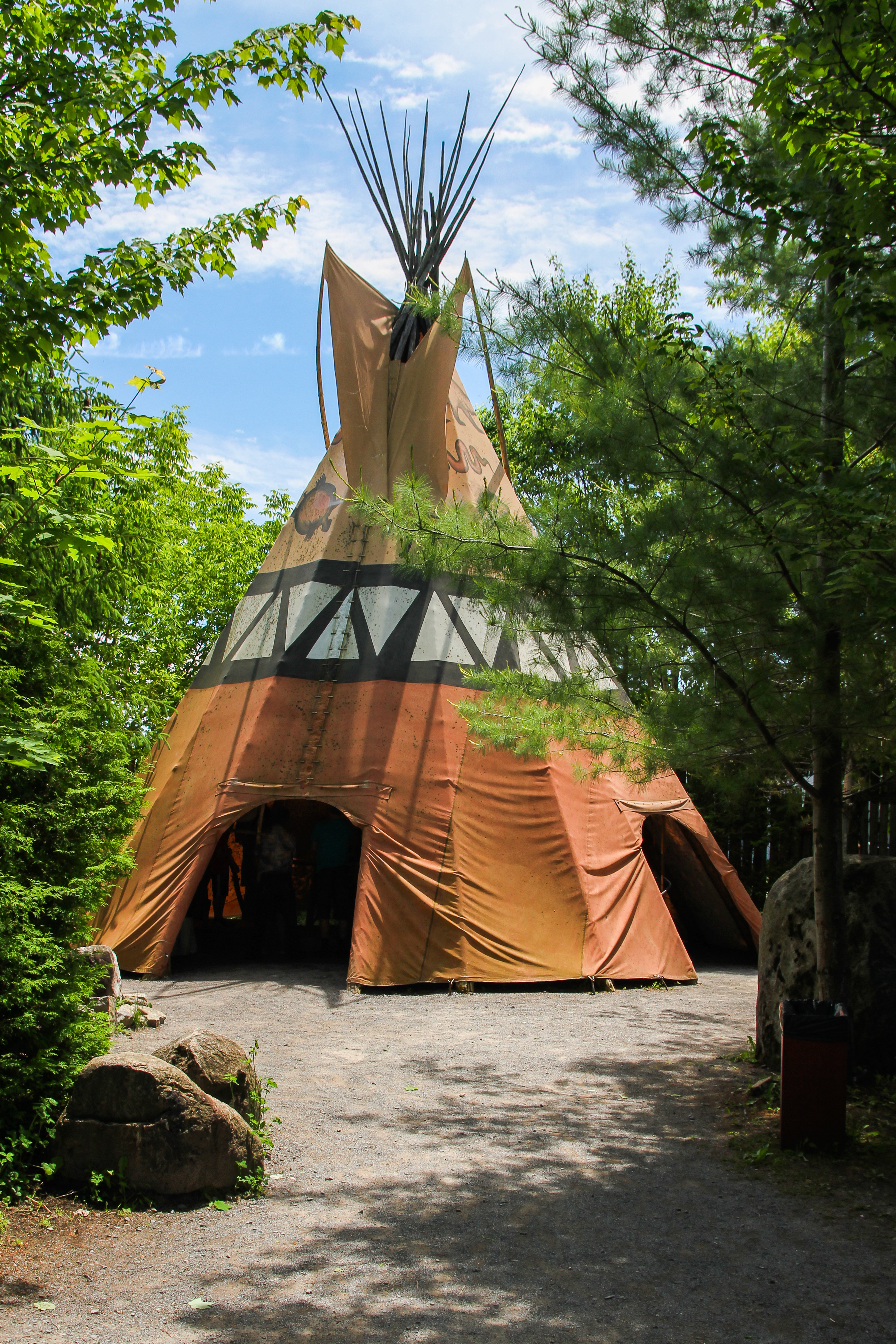 file tee pee g ant sur le site traditionnel huron onho a chetek8e wikimedia commons. Black Bedroom Furniture Sets. Home Design Ideas