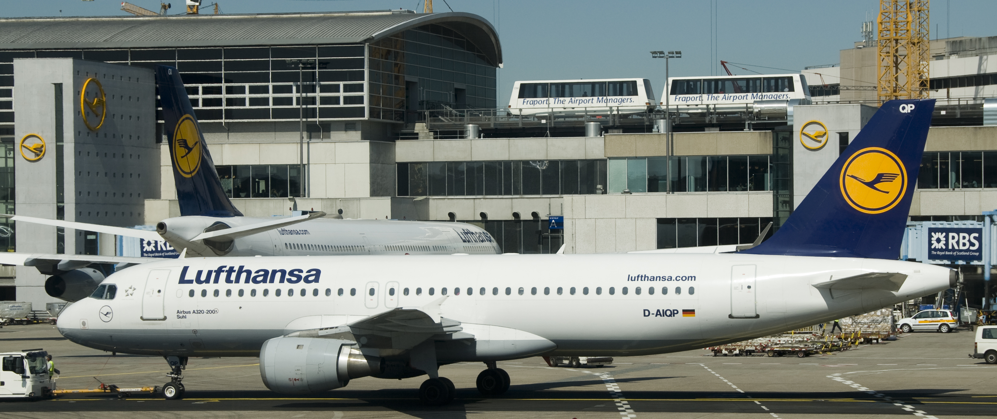 File Two Lufthansa Airbus At Frankfurt Airport Jpg Wikimedia Commons