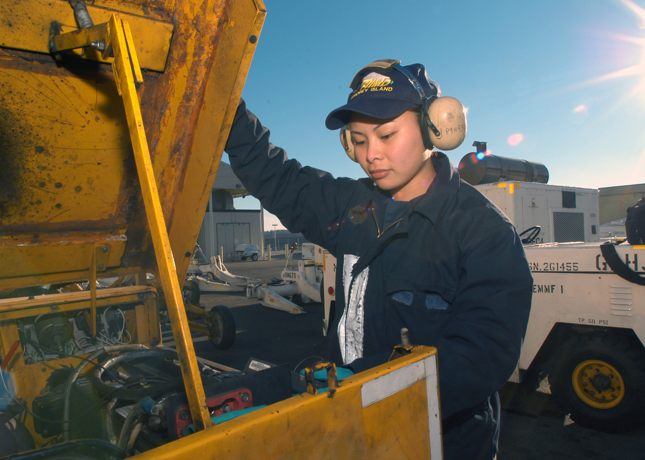 File:US Navy 040211-N-5134H-002 Equipment Technician 2nd Class