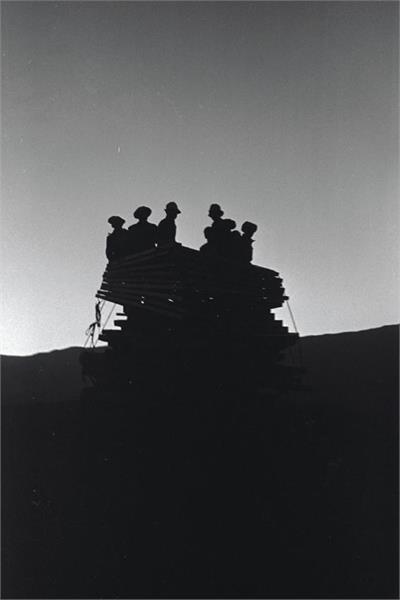 """File:כפר גלעדי - עם עלות השחר יוצאות המכוניות מחצר כפר גלעדי לכוון עמק החולה מזרחה למקום ההיתישבות ב""""מעין-JNF028668.jpeg"""