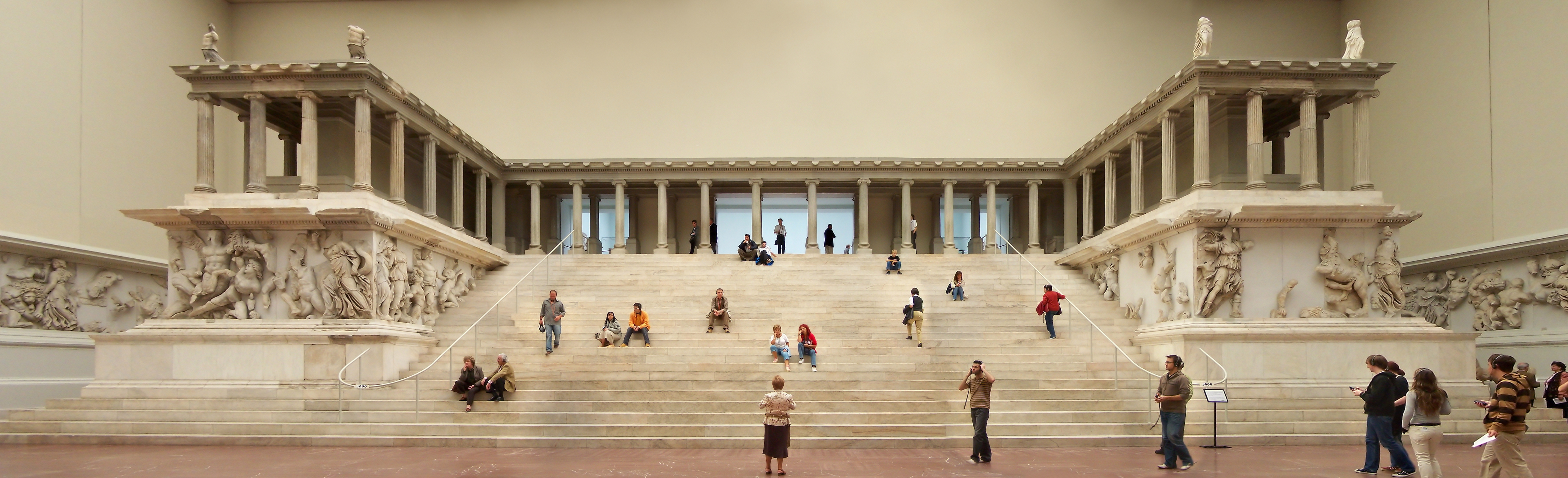 Berlin - Pergamonmuseum - Altar 01.jpg