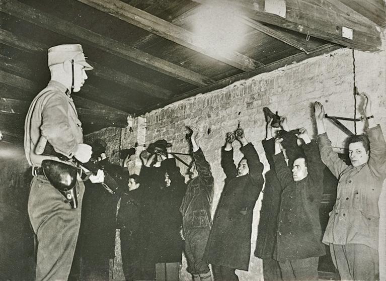 SA Mann, vor verhafteten Kommunisten