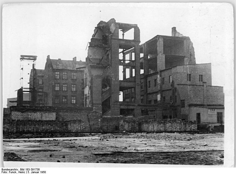 Ruine sur la Stalinallee, futur Karl Marx Allee à Berlin en 1950. Peu avant la reconstruction.