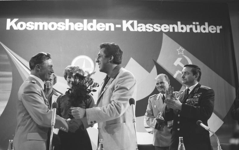 Bundesarchiv Bild 183-T0922-132, Berlin, Forum mit Bykowski und Jähn