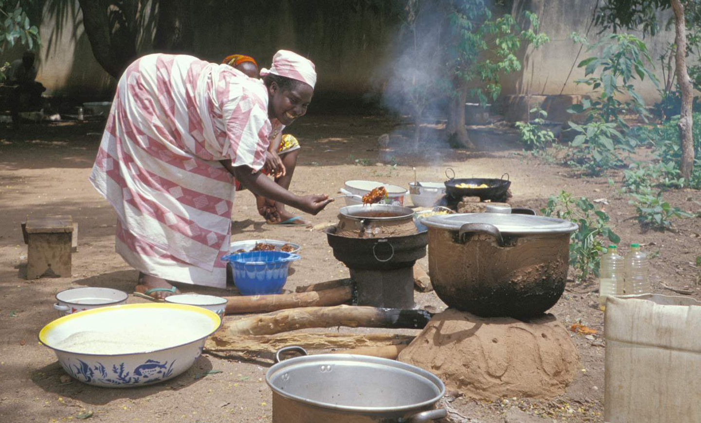 File Cameroon 2005 Cooking Woman Jpg Wikimedia Commons