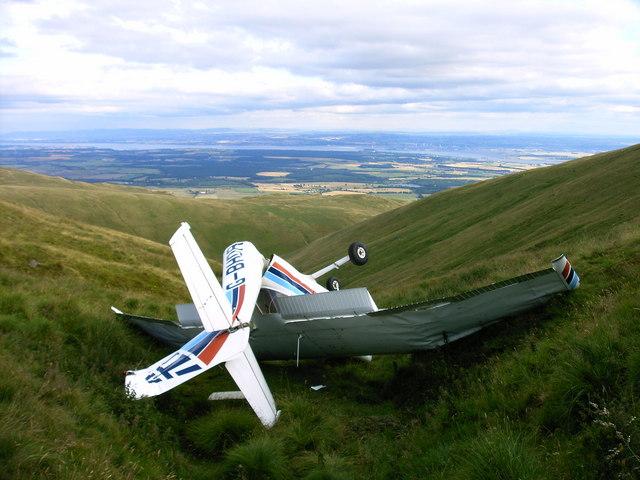 https://upload.wikimedia.org/wikipedia/commons/9/9c/Cessna_crash_in_the_Ochil_Hills_-_geograph.org.uk_-_1540828.jpg