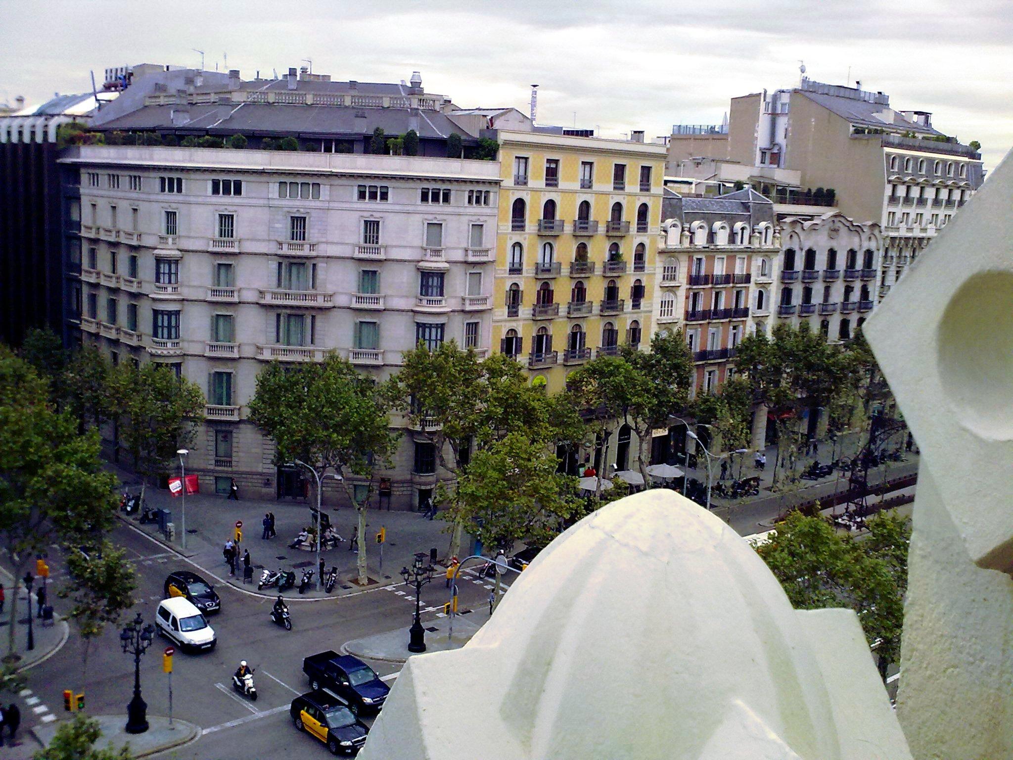 filecrulla del carrer de mallorca amb passeig de grcia desde la terrassa