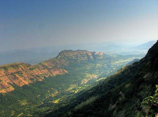 https://upload.wikimedia.org/wikipedia/commons/9/9c/Deccan_Traps_Matheran.jpg