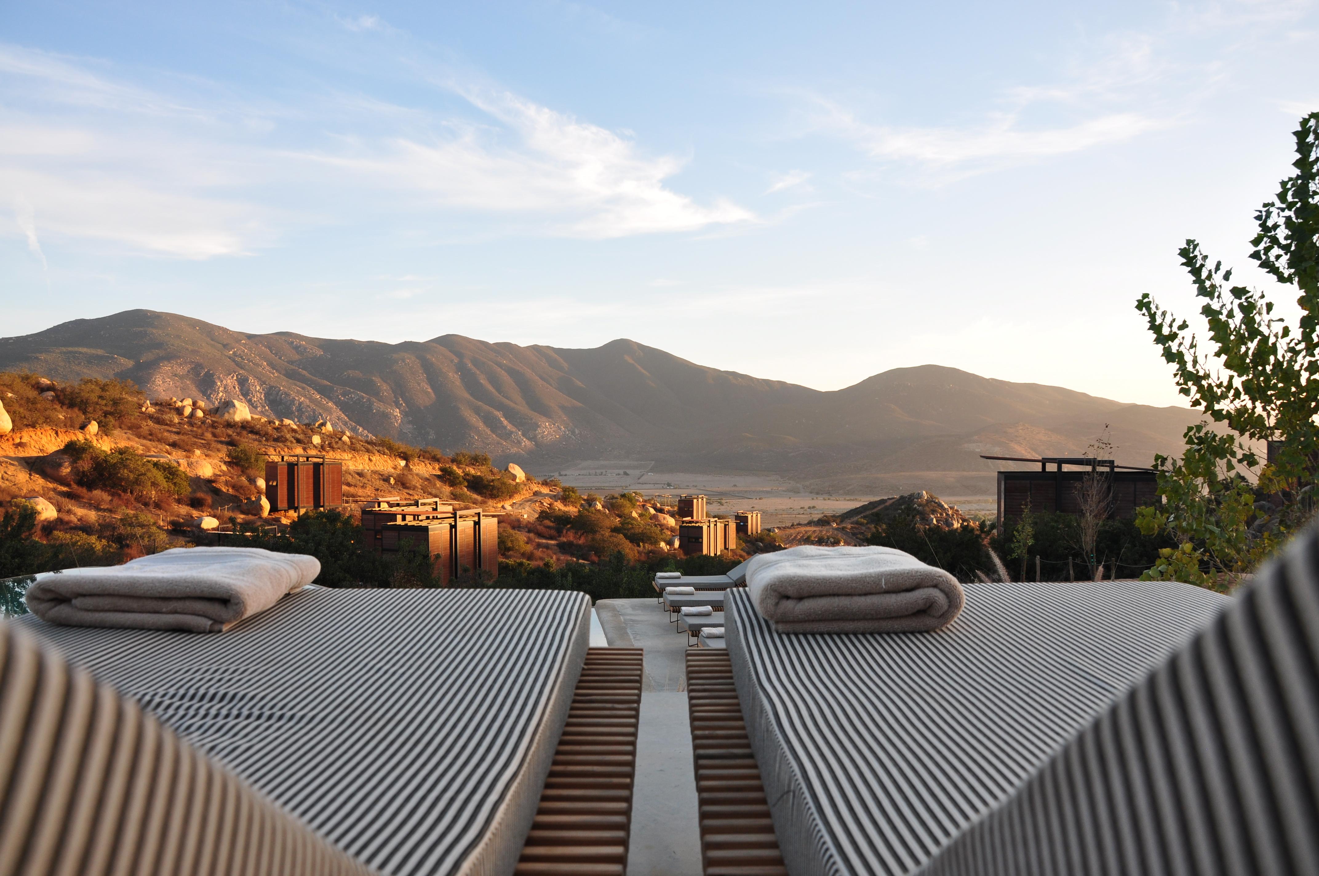 Espreguiçadeiras nas montanhas (Unsplash) .jpg Português: Encuentro Guadalupe, El Porvenir, México Data 16 de outubro de 2015 Fonte https: // unsplash