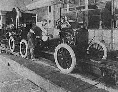 сборочный конвейер на заводе Форда в Детройте, 1923 год.
