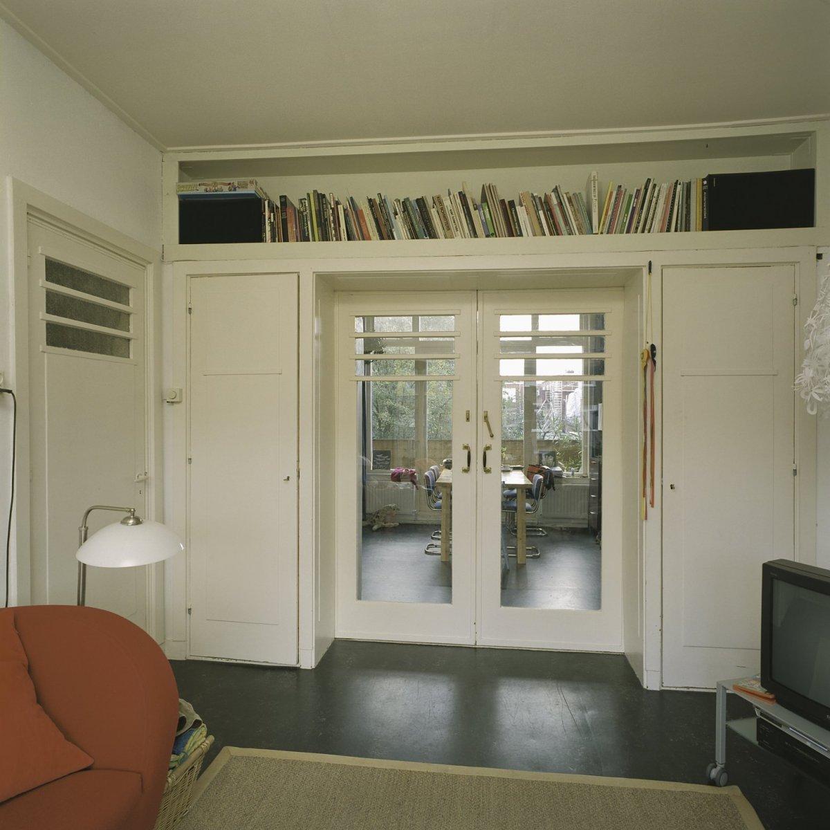 File interieur overzicht van de voorkamer met gesloten schuifdeuren en een authentieke - Van de kamer kind ...