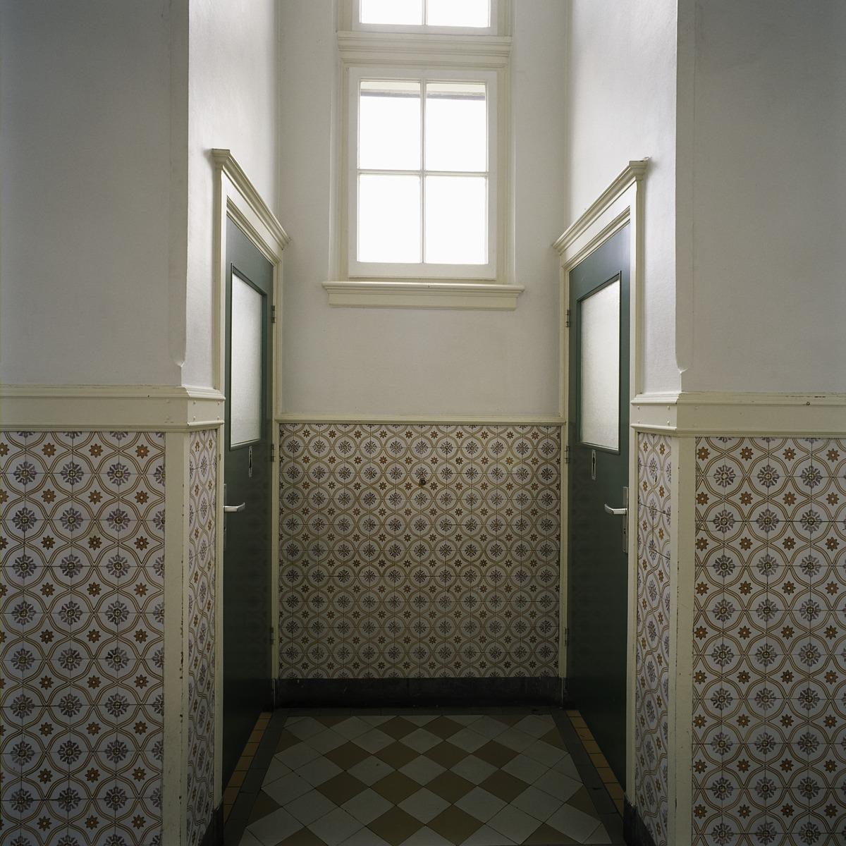 File interieur overzicht van een toiletnis in een gang met een lambrisering van geglazuurde - Een gang ...