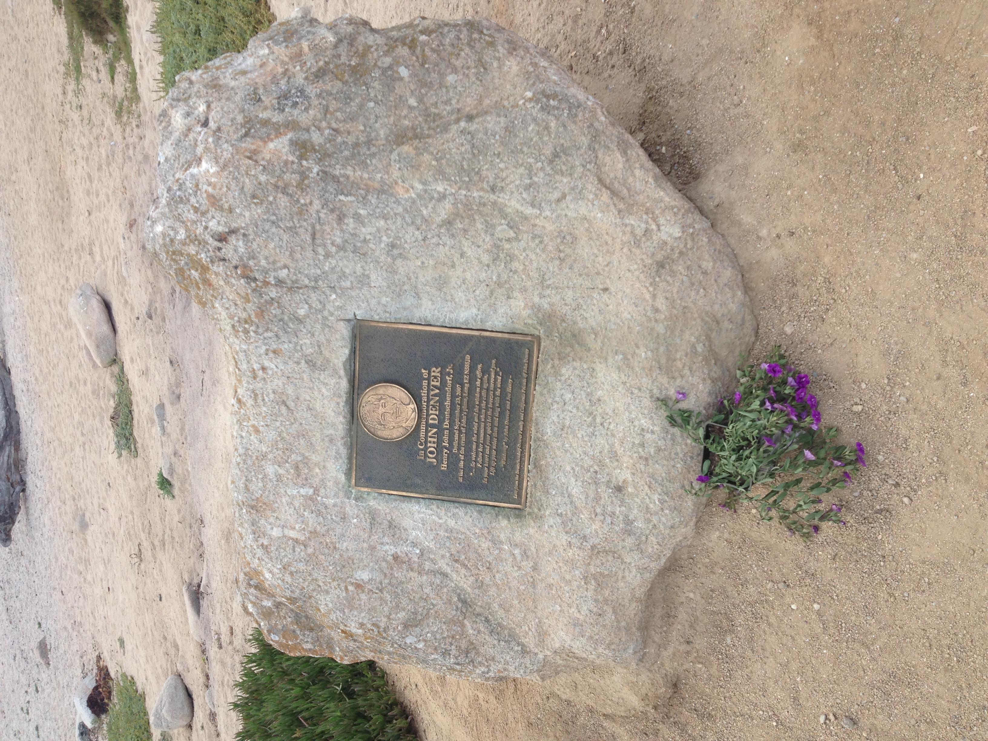 Placa conmemorativa a John Denver, en California.