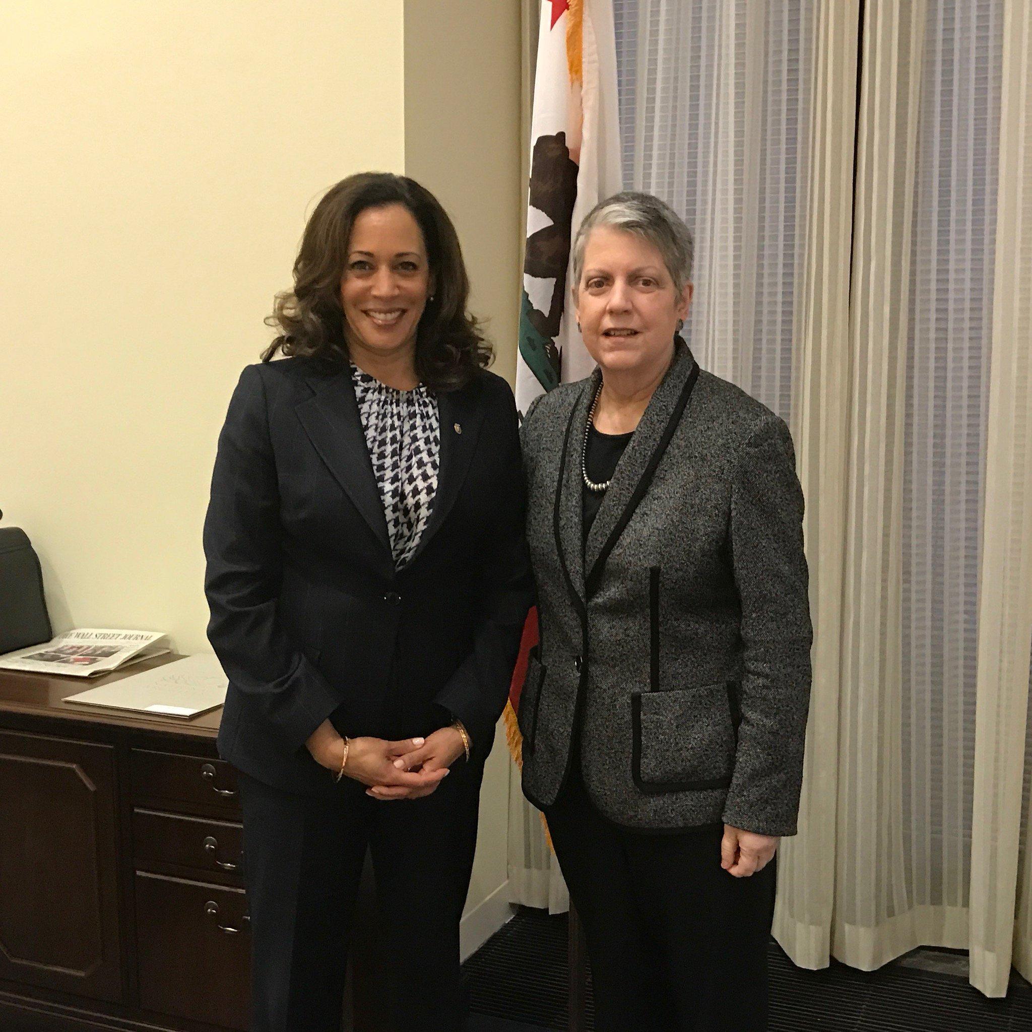 File Kamala Harris Hosts Janet Napolitana In Her Senate Office C53ejl Xqaeqbd6 Jpg Large Jpg Wikimedia Commons