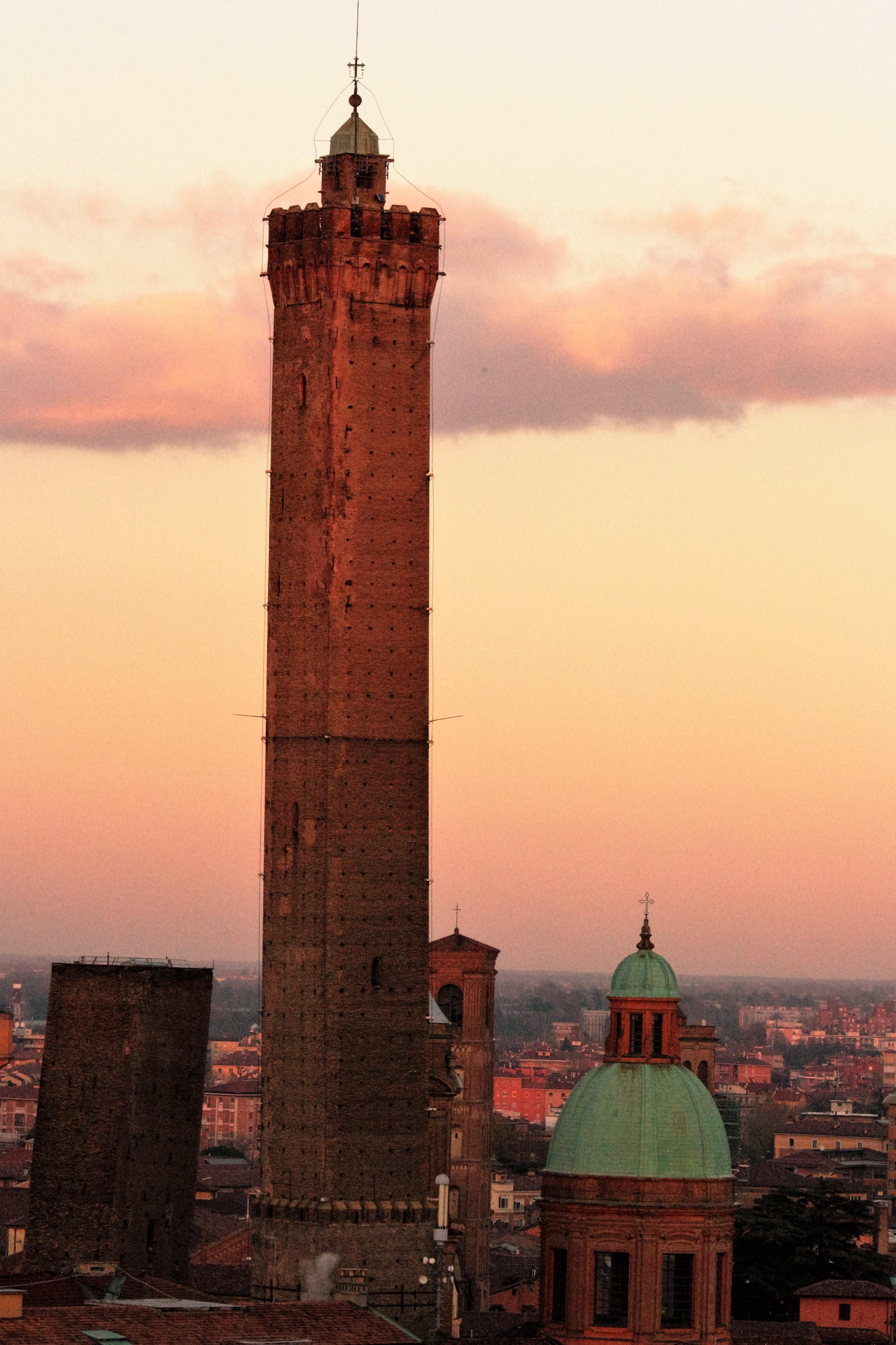 Resultado de imagen de torre degli asinelli
