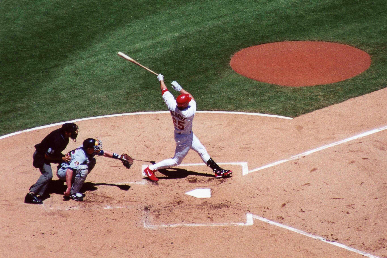 Mark McGwire frappe un home run pendant sa dernière saison en 2001