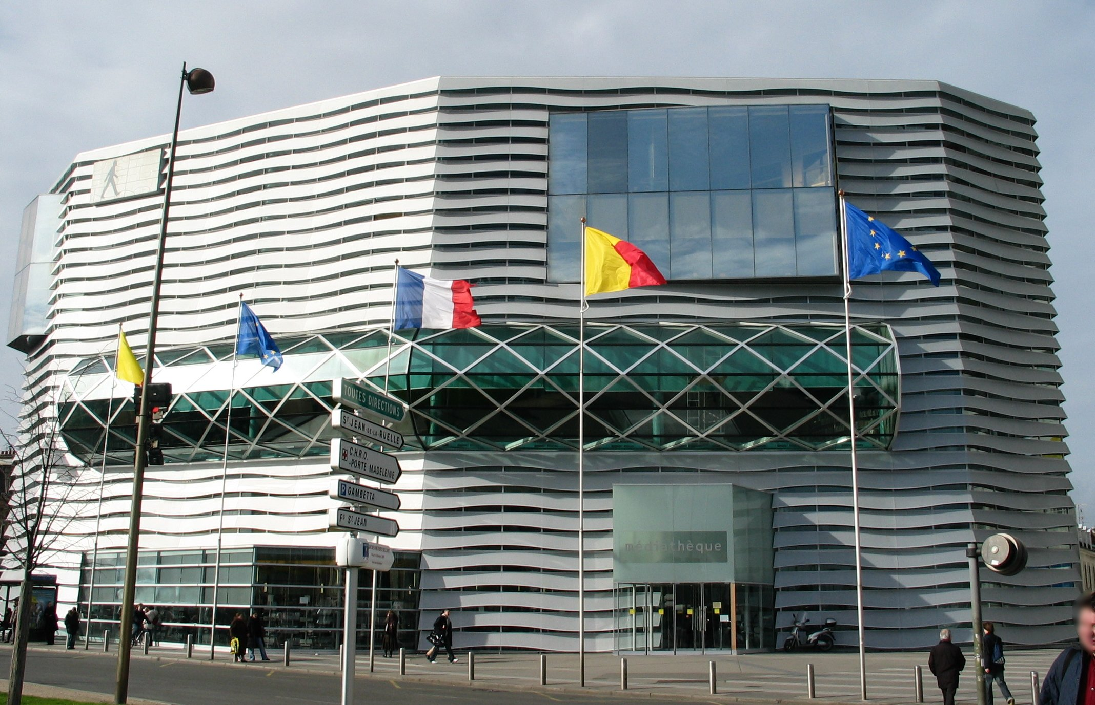 https://upload.wikimedia.org/wikipedia/commons/9/9c/Mediatheque_orleans_france.jpg