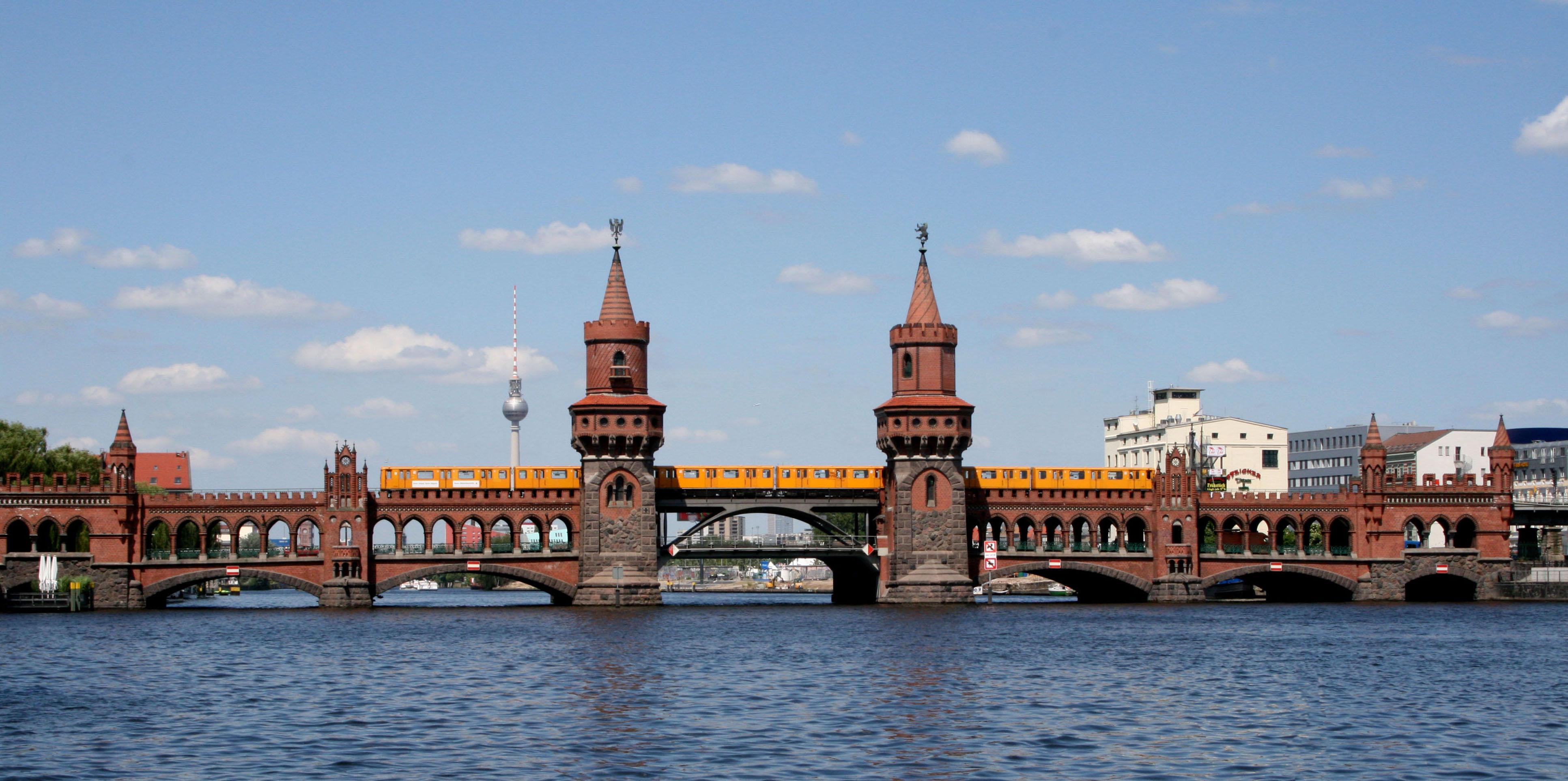 U-Bahn-Zug auf der Oberbaumbrücke zwischen Friedrichshain und Kreuzberg