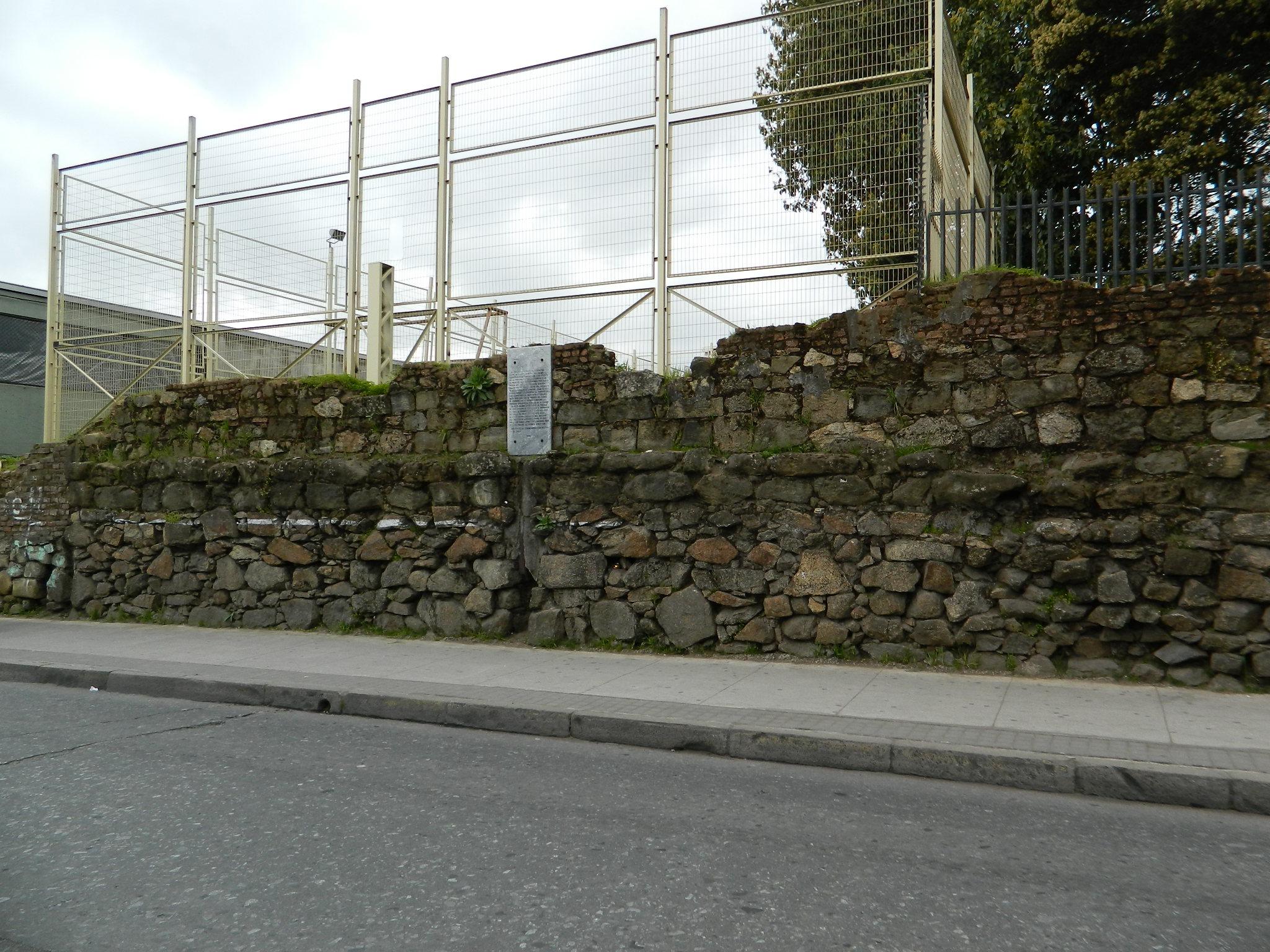 filerestos de los muros de piedra del convento de la merced 01jpg - Muros De Piedra