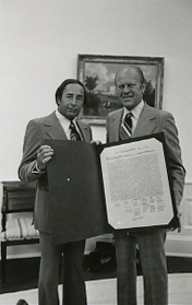 Richard DeVos and Gerald Ford (1975-06-06).jpg