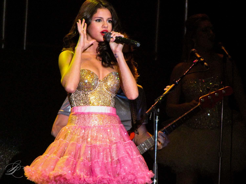 Selena gomez wikipedia gomez performing in 2011 voltagebd Image collections