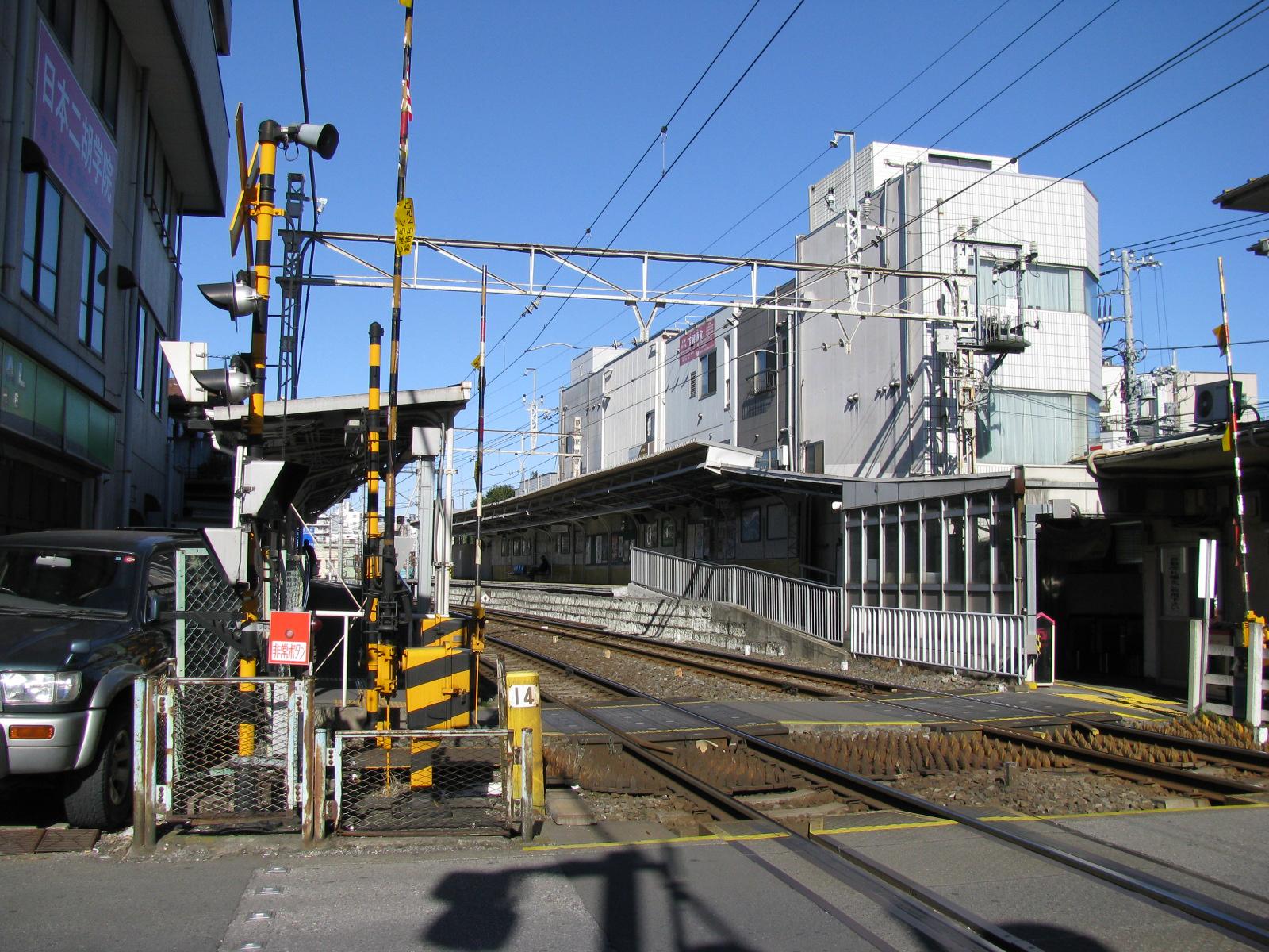 https://upload.wikimedia.org/wikipedia/commons/9/9c/Tobu_Higashiazuma_sta_002.jpg