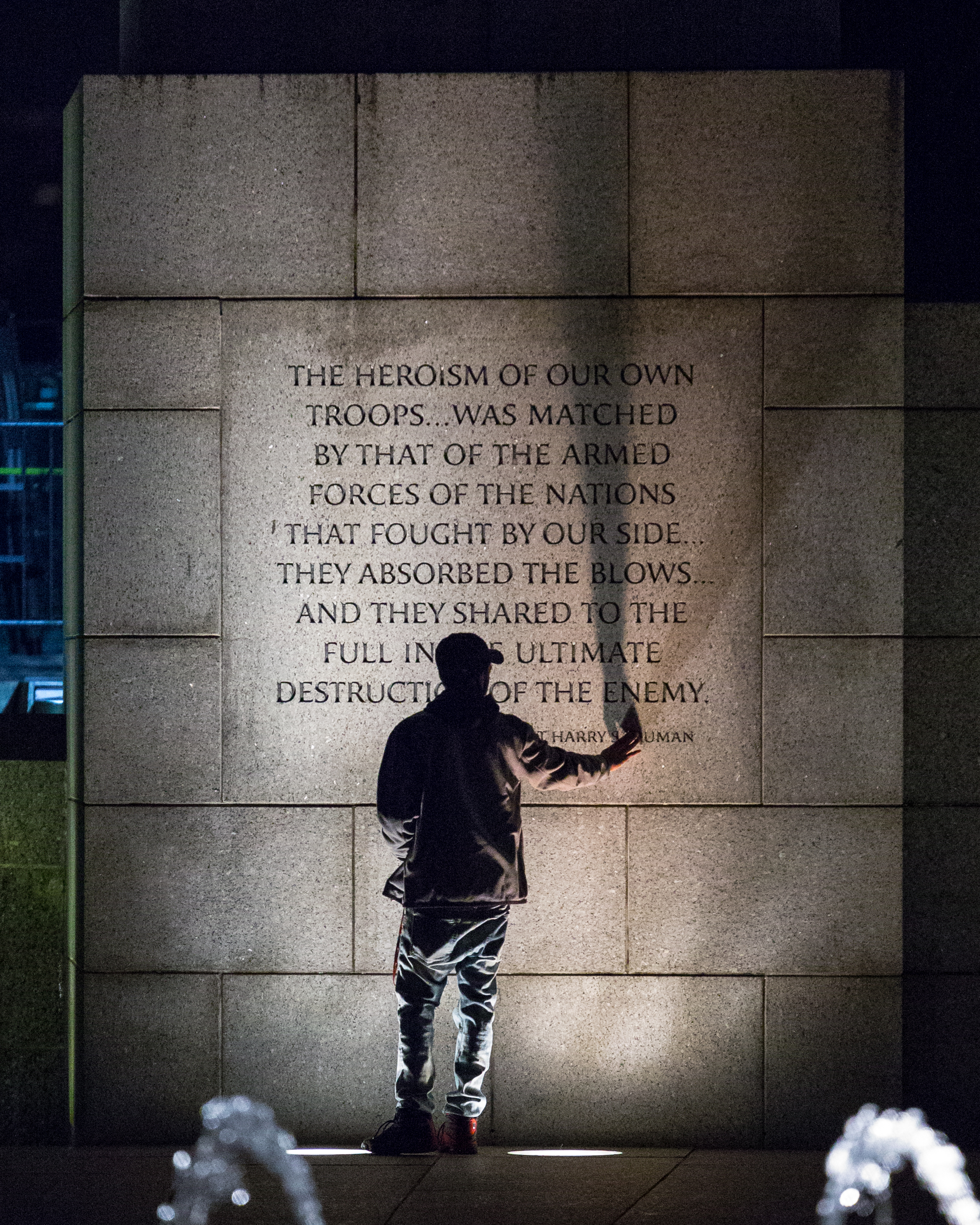 Bildquelle: https://commons.wikimedia.org/wiki/File:Touching_History_at_the_World_War_II_Memorial.jpg