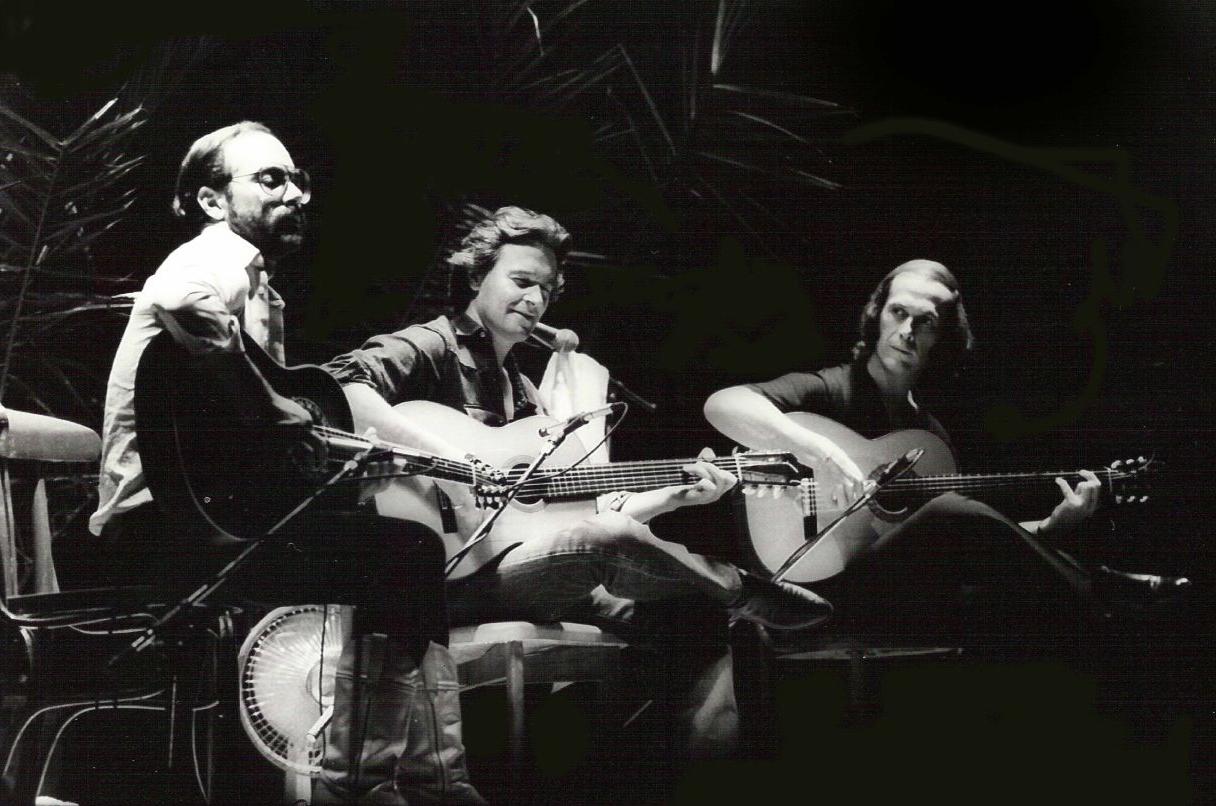 Paco de Lucía junto a los también guitarristas Al Di Meola y John McLaughlin en Barcelona en los años 1980.