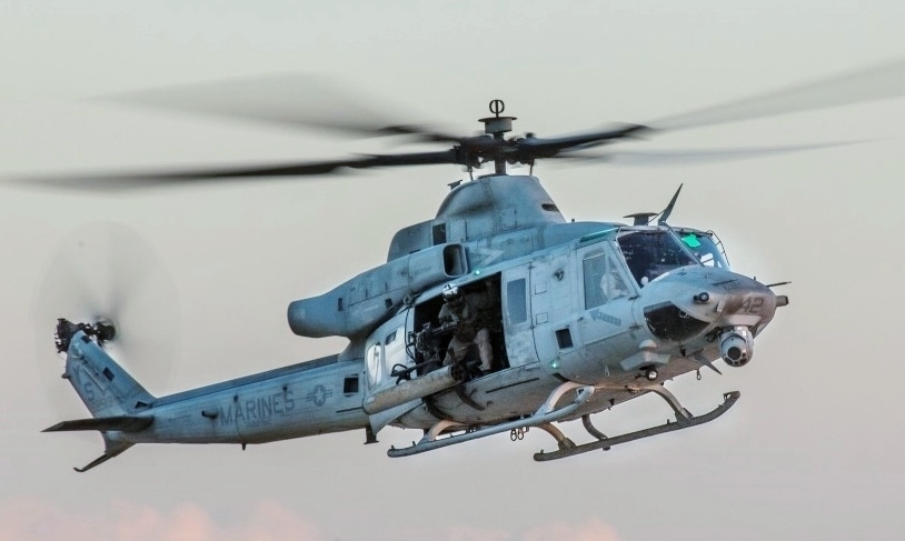 Quel futur hélicoptère d'attaque pour les FRA? - Page 9 U.S._Marine_Corps_UH-1Y_flies_over_a_live-fire_range_in_search_of_simulated_enemy_targets_during_a_Tactical_Air_Control_Party