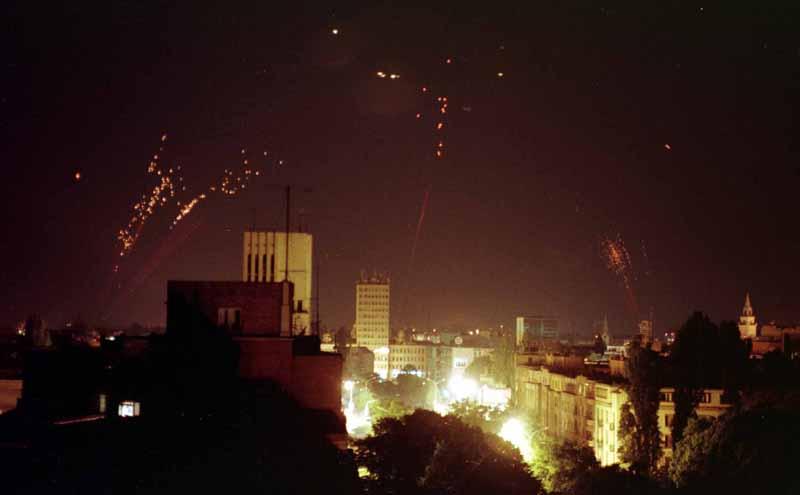File:Против ваздушна одбрана покушава да обори НАТО бомбардере.jpeg