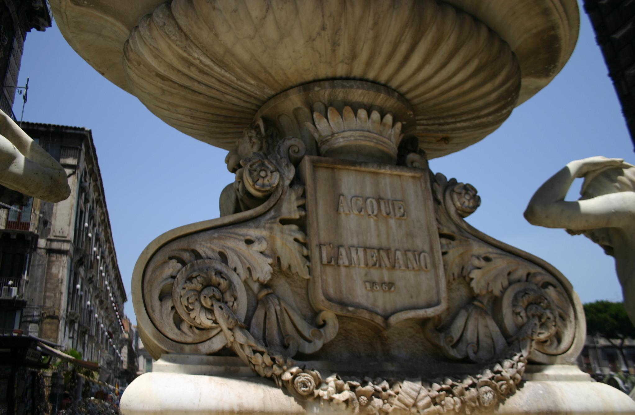 La fontana dell'Amenano a Catania, scolpita da Tito Angelini nel 1867, sul lato della piazza del Duomo. Foto di Giovanni Dall'Orto