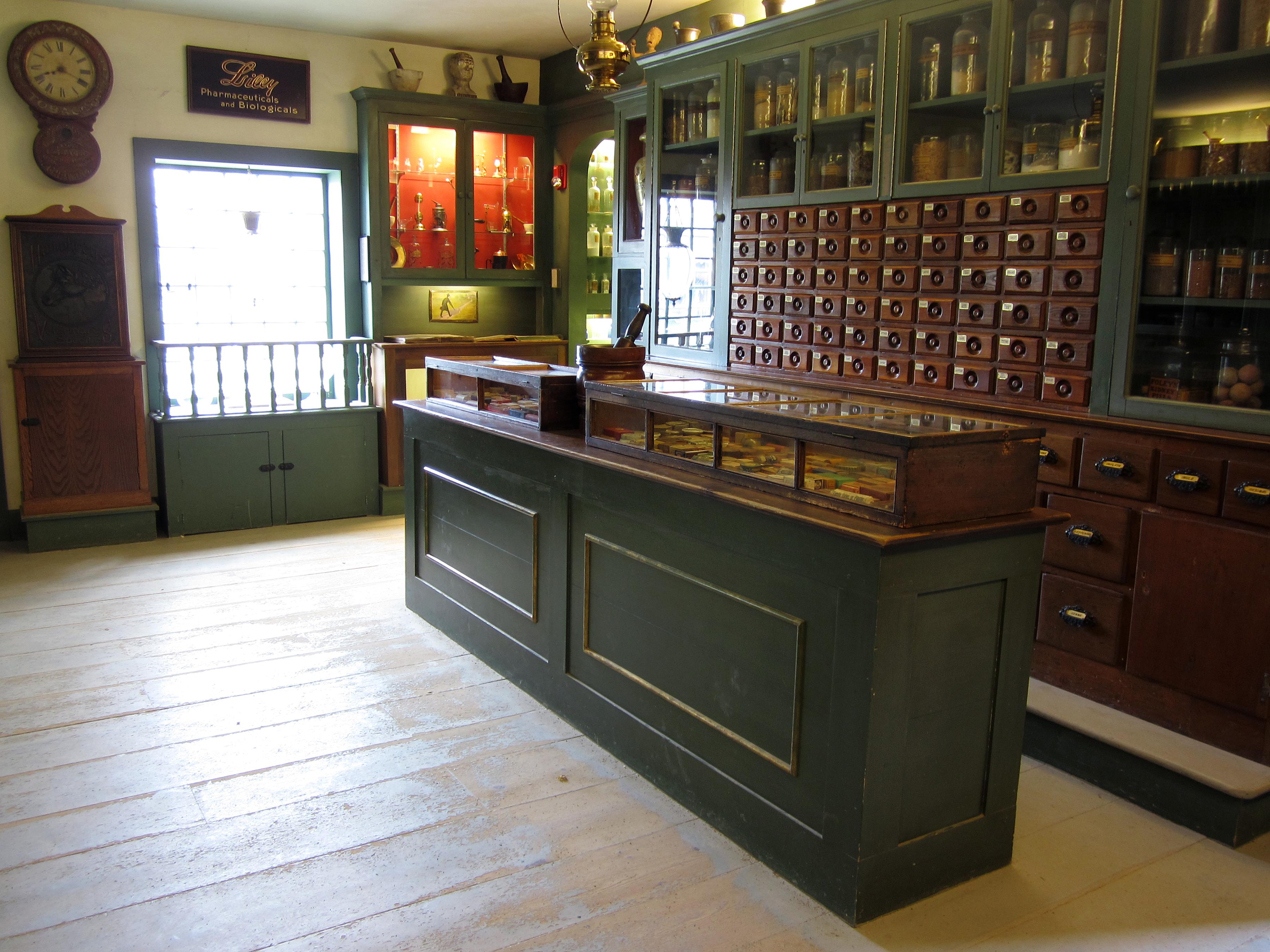 Description Apothecary Shop, Interior 2.jpg: commons.wikimedia.org/wiki/File:Apothecary_Shop,_Interior_2.jpg