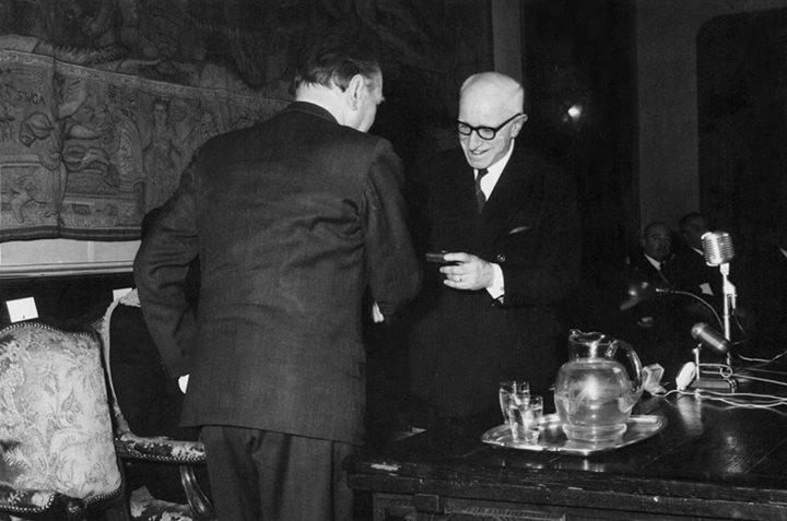 Borges siendo designado miembro de la Academia Argentina de Letras