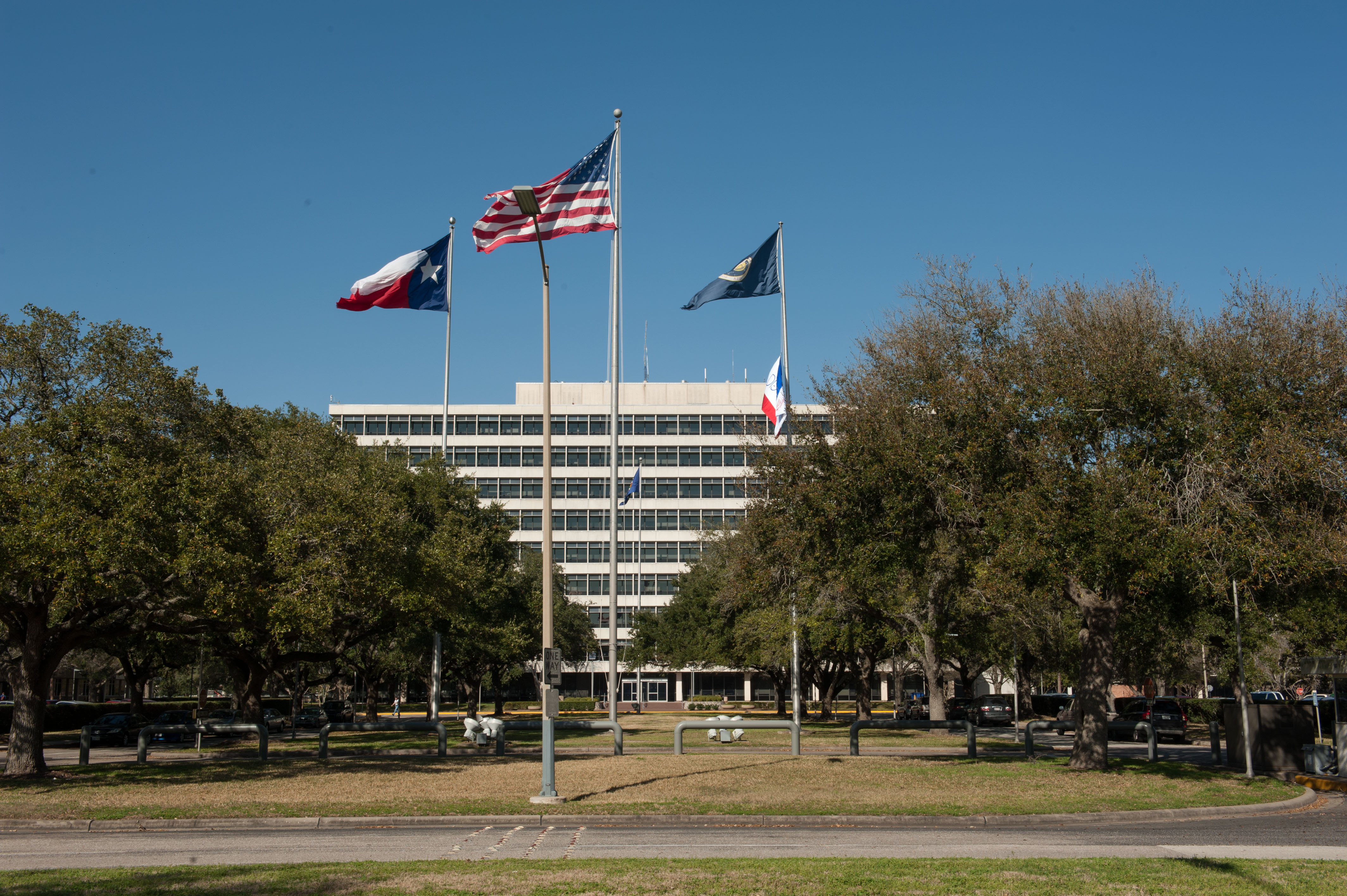File:Building 1 at the Johnson Space Center, Houston Texas ...