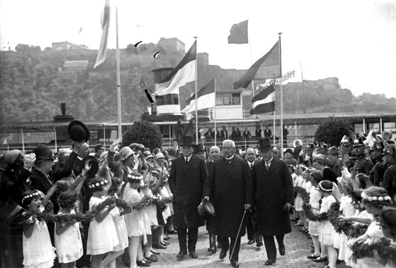 Bundesarchiv_Bild_102-10168%2C_Koblenz%2C_Hindenburg_am_Deutschen_Eck.jpg